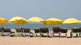 Żółty parasol blisko plaży zbiory wideo