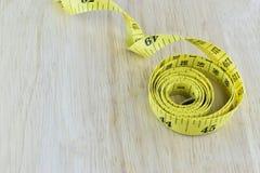 Żółty pomiarowy taśmy pojęcie dla zdrowej diety i ciężaru contro Obrazy Royalty Free