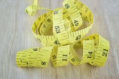 Żółty pomiarowy taśmy pojęcie dla zdrowej diety i ciało ciężaru Obraz Stock