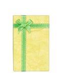 Żółty prezenta pudełko z faborkiem i łęk odizolowywający na bielu zdjęcie royalty free