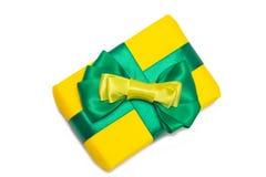 Żółty prezenta pudełko z zielonym faborkiem Obrazy Royalty Free