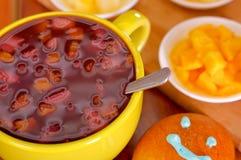 Żółty puchar z tradycyjnego smakowitego latyno-amerykański colada morada jagodowym sokiem, symbolizuje krew od tamte denat, dzień Zdjęcia Royalty Free