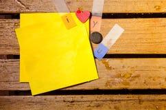 Żółty pusty papier z kocham ciebie abecadło na drewniany pettern Zdjęcie Royalty Free