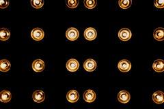 Żółty reflektor z rzędu na czarnym tle, Horyzontalna rama Obraz Stock