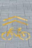Żółty rowerowy drogowy znak Obrazy Royalty Free