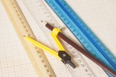 Żółty Rysunkowy kompas z czarnym pensil i władcy na wykresie Obraz Royalty Free
