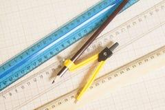 Żółty Rysunkowy kompas z czarnymi władcami na wykres papce i ołówkiem Obrazy Royalty Free