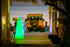 Żółty samochód na plaży Fotografia Royalty Free