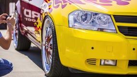 Żółty samochód Przy wystawą zbiory wideo
