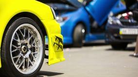 Żółty samochód Przy wystawą zbiory
