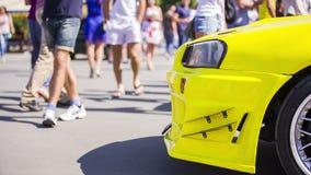 Żółty samochód Przy wystawą rzut strony zbiory wideo