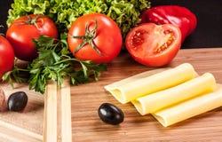 Żółty ser na tnącej desce Zdjęcie Stock