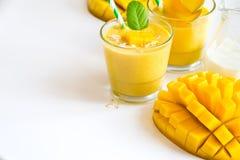 Żółty smoothie w szkłach z mangowym biel kopii przestrzeni backgroun obraz stock
