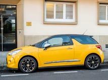 Żółty sporta Citroen samochód parkujący w mieście Obrazy Royalty Free