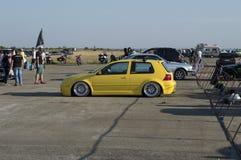 Żółty strojeniowy samochód na przedstawieniu na Resinge ` s Wlec Zdjęcia Royalty Free
