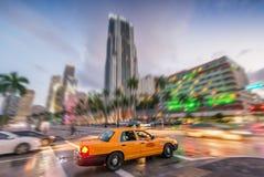 Żółty taxi mknięcie up w Miami - zdjęcia royalty free