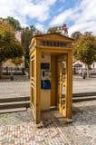 Żółty telefonu budka w Karlsbadzkim zdjęcie stock
