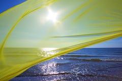 Żółty tkankowy latanie nad morzem Obraz Royalty Free