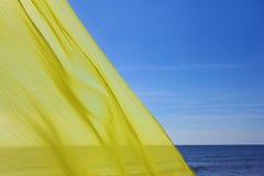 Żółty tkankowy latanie nad morzem Zdjęcia Stock
