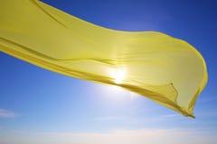 Żółty tkankowy latanie nad morzem Fotografia Royalty Free