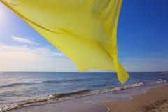 Żółty tkankowy latanie nad morzem Zdjęcie Royalty Free