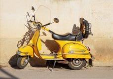 Żółty Vespa zdjęcia stock