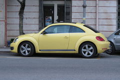 Żółty Volkswagen New Beetle Zdjęcia Stock