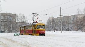 Żółty zima tramwaj, śnieg w Rosyjskiej zimie i Zdjęcie Stock