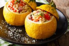 Żółty zucchini faszerował z bulgur, mięsem i warzywa zakończeniem, obraz royalty free