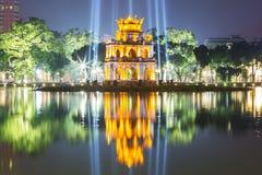 Żółwia wierza przy nocą w Hoan Kiem jeziorze w Hanoi, Wietnam zdjęcia stock