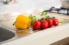 Żółci pieprze, czerwoni pomidory i pietruszka, Obrazy Stock