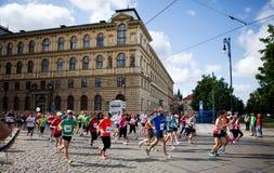 ó quilômetro da maratona do International de Praga Fotos de Stock