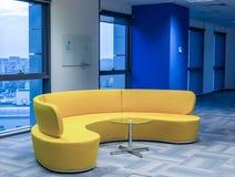 Żółta biurowa kanapa Obrazy Royalty Free