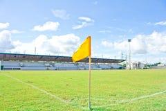Żółta flaga przy polem Zdjęcie Stock