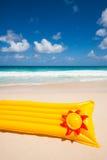 Żółta lotnicza materac i frisbee Obrazy Stock