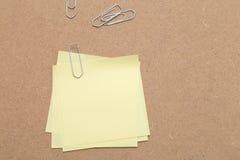Żółte Kleiste notatki i papierowe klamerki zdjęcie stock