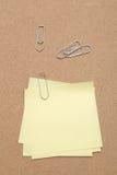 Żółte Kleiste notatki i papierowe klamerki zdjęcia stock