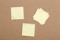 Żółte Kleiste notatki i papierowe klamerki obraz royalty free
