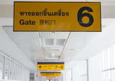 Żółty bramy signage przy lotniskiem Zdjęcie Royalty Free