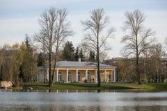 Żółty budynek blisko woda parka publicznie Obraz Stock