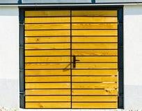 Żółty drewniany drzwiowy outside Obrazy Stock