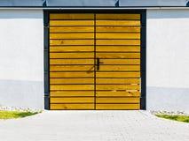 Żółty drewniany drzwiowy outside Obraz Stock
