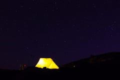 Żółty namiot pod gwiazdami Zdjęcia Royalty Free