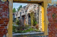 Żółty okno w czerwonym brickwall Obrazy Royalty Free