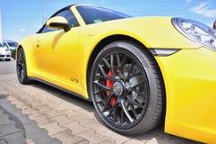 Żółty Porsche 911 Carrera 4 GTS Zdjęcia Stock
