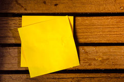 Żółty pusty papier na drewniany pettern Zdjęcie Royalty Free