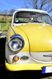 Żółty stary zegaru samochód Obrazy Stock
