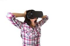 Óculos de proteção 3d de utilização entusiasmado da mulher feliz atrativa nova que olham a apreciação da visão da realidade 360 v Foto de Stock