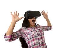 Óculos de proteção 3d de utilização entusiasmado da mulher feliz atrativa nova que olham a apreciação da visão da realidade 360 v Fotos de Stock Royalty Free