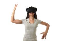 Óculos de proteção 3d de utilização entusiasmado da mulher feliz atrativa que olham a apreciação da visão da realidade 360 virtua Foto de Stock